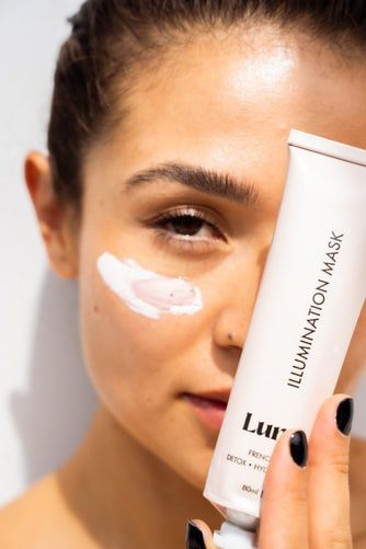 Does moisturizer help acne? benefits of moisturizer on acne skin